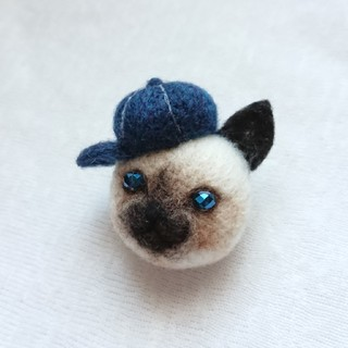 帽子をかぶったシャム猫のミニブローチ(コサージュ/ブローチ)
