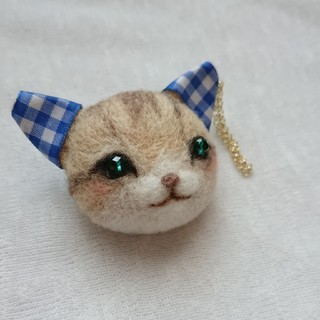耳飾りをつけた茶ねこミニ ブローチ(コサージュ/ブローチ)