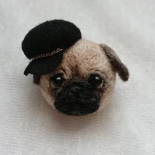 帽子をかぶったパグミニ ブローチ(コサージュ/ブローチ)