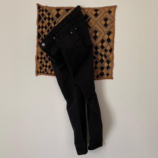 TOMORROWLAND(トゥモローランド)のMACPHEE ブラックデニムパンツ38 レディースのパンツ(デニム/ジーンズ)の商品写真