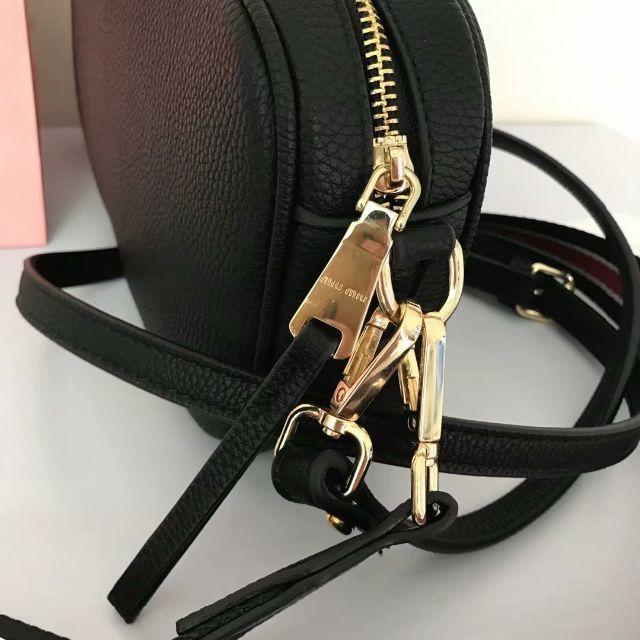 miumiu(ミュウミュウ)のmiumiu ショルダーバッグ 斜めがけ カメラバッグ 大容量 レディース レディースのバッグ(ショルダーバッグ)の商品写真