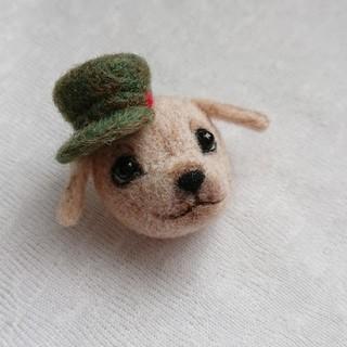 帽子をかぶったワンちゃんミニ ブローチ(コサージュ/ブローチ)