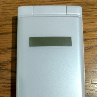 キョウセラ(京セラ)のDINGO ケータイ2 702KC(携帯電話本体)