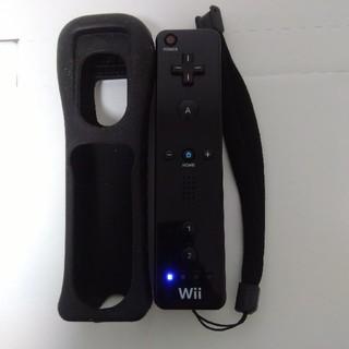 ウィー(Wii)の② Wiiリモコン黒 ストラップ・シリコンジャケット 付(家庭用ゲーム機本体)