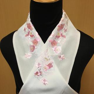 刺繍半衿 四角枠に花と汕頭刺繍の入った ピーK(振袖)