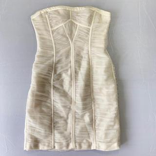 ビーシービージーマックスアズリア(BCBGMAXAZRIA)のドレス 白(ミニドレス)