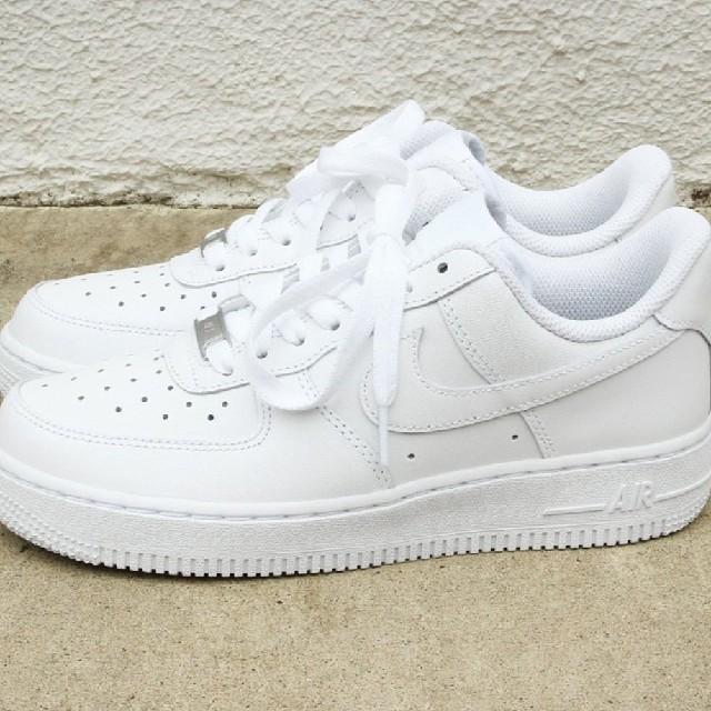 NIKE(ナイキ)の新品 送料無料 サイズ多数 ナイキ エアフォース 1 白 レディースの靴/シューズ(スニーカー)の商品写真