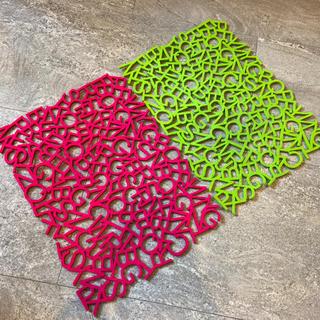 アレッシィ(ALESSI)の3D アルファベット ABC フェルト ランチョンマット ピンク&黄緑 2枚組(テーブル用品)