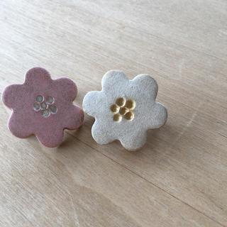 スタディオクリップ(STUDIO CLIP)の陶器の花ブローチ2個セット(ブローチ/コサージュ)