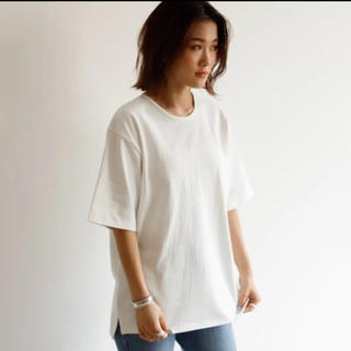 アンティローザ(Auntie Rosa)の新品未使用タグ付き holiday スリット T(Tシャツ(半袖/袖なし))