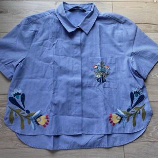 ザラ(ZARA)のZARA ストライプ 半袖 シャツ ブルー フラワー 刺繍(シャツ/ブラウス(半袖/袖なし))