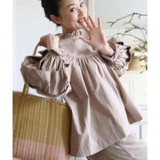 Hug O War - CLOTH&CROSS ギャザースモック スタンドフリル ブラウス ベージュ