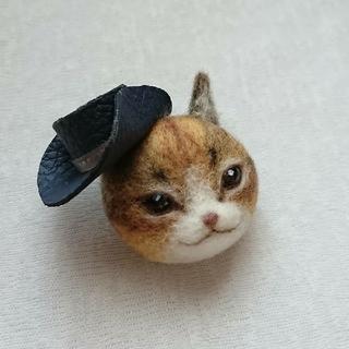 帽子をかぶった茶ねこミニ ブローチ(コサージュ/ブローチ)