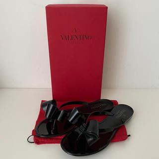 ヴァレンティノ(VALENTINO)のVALENTINO フラット ラバーサンダル ブラック ペタンコ(サンダル)