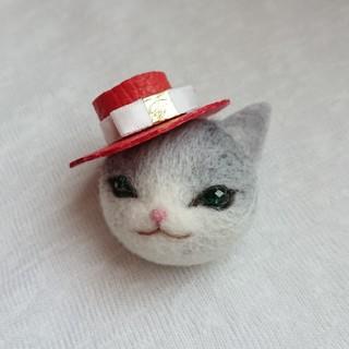 帽子をかぶったグレーねこミニ ブローチ(コサージュ/ブローチ)