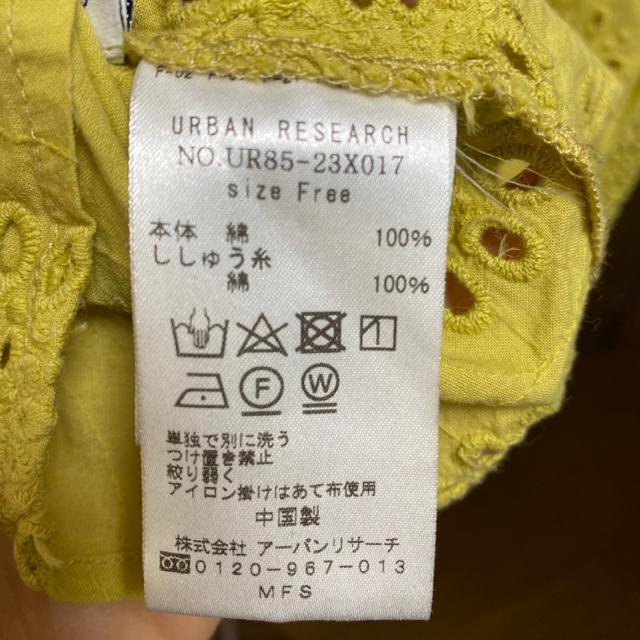 URBAN RESEARCH(アーバンリサーチ)のアーバンリサーチ★ノースリーブブラウス くすみイエロー 花柄 FREE レディースのトップス(シャツ/ブラウス(半袖/袖なし))の商品写真