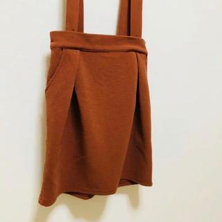 ミスティウーマン(mysty woman)のサスペンダー付きスカート(ひざ丈スカート)