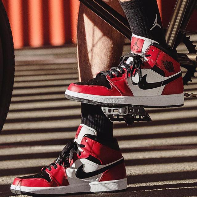 NIKE(ナイキ)のナイキ エア ジョーダン1 MID シカゴ ジムレッド 27cm ミッド 新品 メンズの靴/シューズ(スニーカー)の商品写真