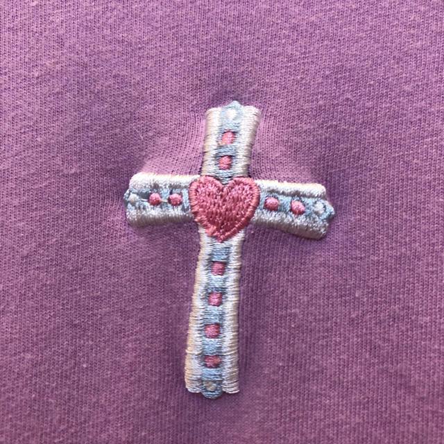 SPINNS(スピンズ)の十字架 クロス 刺繍モチーフ Tシャツ 紫 パープル パステルカラー レディースのトップス(Tシャツ(半袖/袖なし))の商品写真
