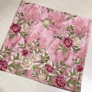 ローラアシュレイ(LAURA ASHLEY)のクッションカバー・ロココ調薔薇刺繍・定価7000円(クッションカバー)