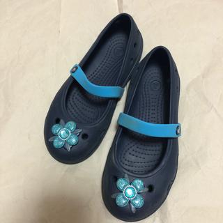 クロックス(crocs)のcrocs 青 お花付き サンダル C12 18.5cm(サンダル)