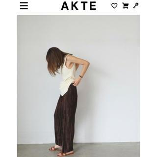 AKTE マイクロプリーツパンツ ブラウン(カジュアルパンツ)
