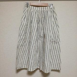 ケービーエフ(KBF)の♪KBF  ストライプ柄 ひざ丈 フレアスカート オフホワイト グレー♪(ひざ丈スカート)