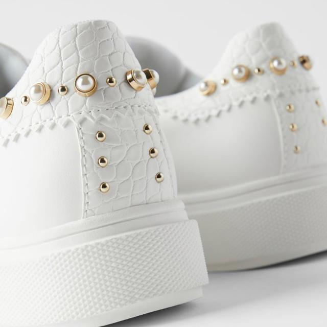 ZARA(ザラ)のZARAスニーカーパールとビーズ付き レディースの靴/シューズ(スニーカー)の商品写真