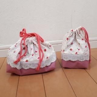 ★タカシ3078ハンドメイド★いちご柄のお弁当袋&コップ袋セット(ランチボックス巾着)