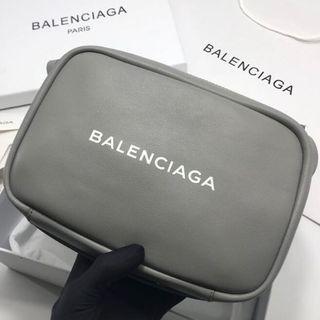 大人気でバレンシアガ カメラバッグ