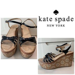 ケイトスペードニューヨーク(kate spade new york)のケイトスペード ブラックパテント フラワー サンダル(サンダル)