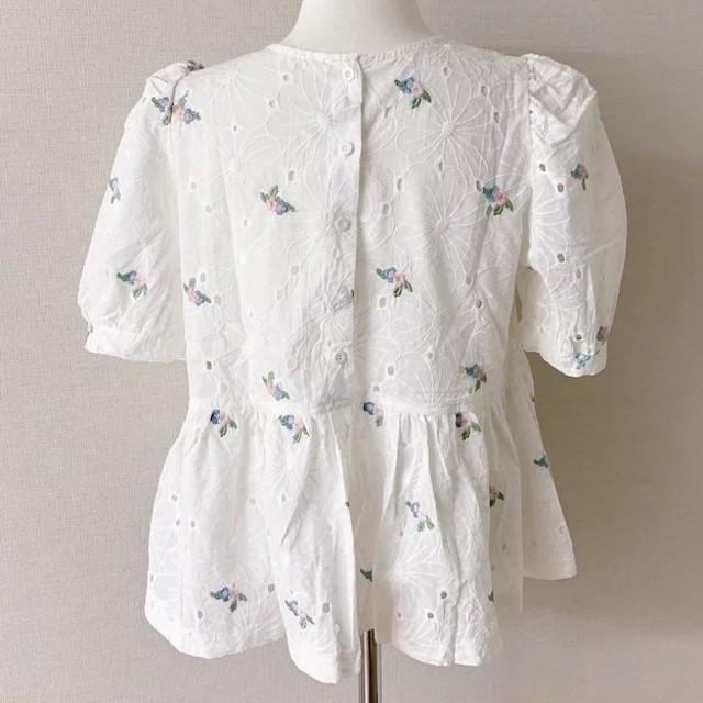 ZARA(ザラ)のパンチング 花柄ブラウス レディースのトップス(シャツ/ブラウス(半袖/袖なし))の商品写真