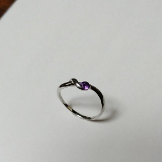ジュエリーツツミ(JEWELRY TSUTSUMI)の紫ストーン 18WG リング(リング(指輪))
