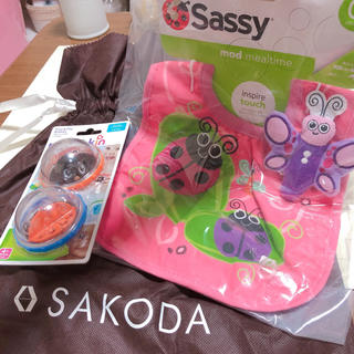 サッシー(Sassy)のよだれ掛け おもちゃ セット 🧸(ベビースタイ/よだれかけ)