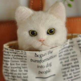 ◆Poke ニャン🐾◆ 白猫 羊毛フェルト猫 百貨店完売商品☆*。(コサージュ/ブローチ)