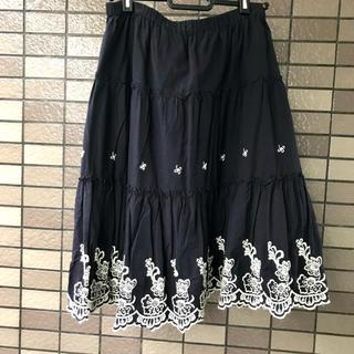 ナイスクラップ(NICE CLAUP)の紺地の刺繍スカート(ひざ丈スカート)