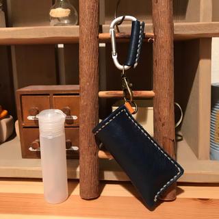 アルコール対応ボトル 20ml 携帯用 PE製 ハンドメイド 本革 ネイビー(アルコールグッズ)