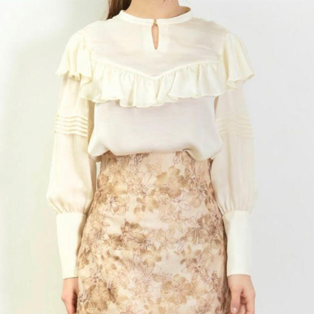 Lily Brown(リリーブラウン)のリリーブラウン 光沢フリルブラウス ホワイト 春 トップス レディースのトップス(シャツ/ブラウス(長袖/七分))の商品写真