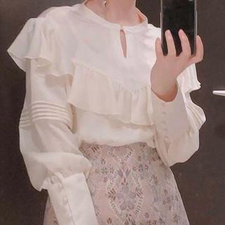 Lily Brown - リリーブラウン 光沢フリルブラウス ホワイト 春 トップス