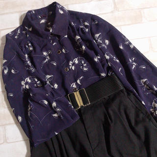 ロキエ(Lochie)の濃い紫 透け感 ボタニカル 花柄 古着 パープル レトロブラウス(シャツ/ブラウス(長袖/七分))