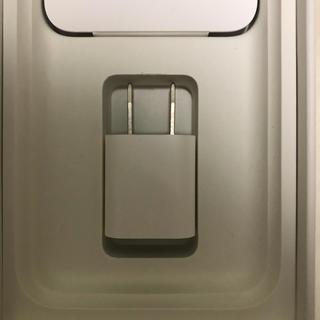 アップル(Apple)のiPhone7 付属の電源アダプタとイヤホン(バッテリー/充電器)