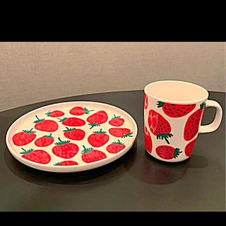 マリメッコ(marimekko)のmarimekko  マリメッコ マンシッカ いちご マグカップとプレートセット(食器)