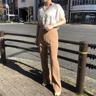 マメ(mame)のMAME High-Waisted Flare Pants(カジュアルパンツ)