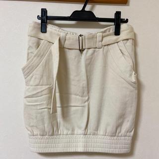 デザイン性のあるオフホワイトのスカート(ミニスカート)