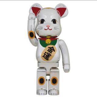 メディコムトイ(MEDICOM TOY)のBE@RBRICK 招き猫 銀メッキ 弐 1000%(キャラクターグッズ)