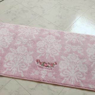 ローラアシュレイ(LAURA ASHLEY)のローラアシュレイ ピンク 花柄 キッチンマット 長方形 ラグ(収納/キッチン雑貨)