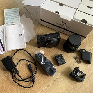 シグマ(SIGMA)のSIGMA fp 45mm F2.8 DG DN レンズセット ハンドグリップ付(ミラーレス一眼)