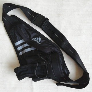アディダス(adidas)のadidas ボトルホルダー付き ランニング ウエストポーチ(黒色)(ボディーバッグ)