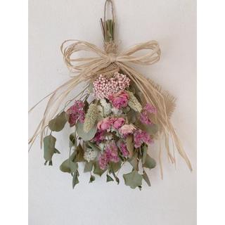 ドライフラワー  ポポラスにピンクのいろいろ花材を使った可愛いスワッグ(ドライフラワー)