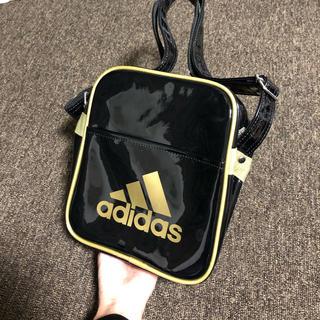 アディダス(adidas)の【adidas】エナメルバック ブラック&ゴールド(ボディーバッグ)